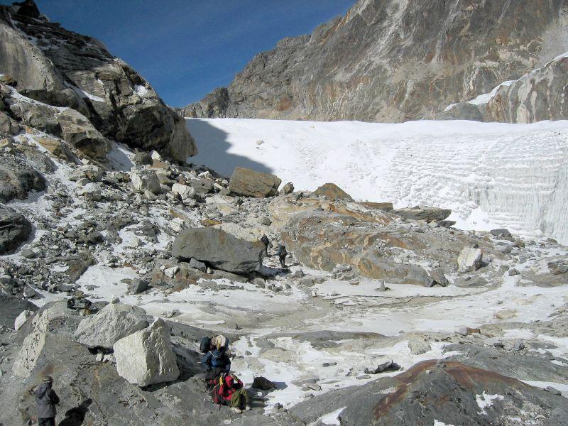 Heading to the glacier on Cho La pass.